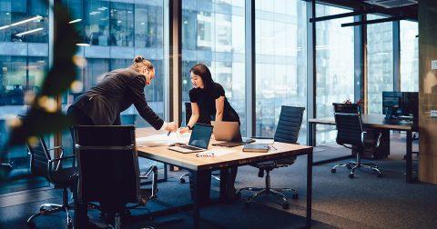Collègues travaillant au-dessus d'un bureau